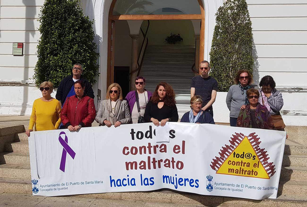 María del Carmen Lara asiste a una concentración de repulsa a la violencia machista