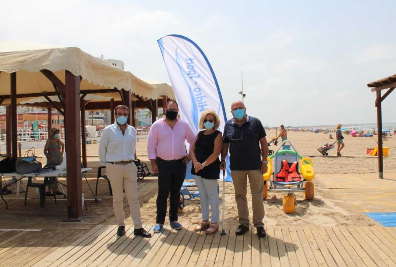 El programa Hidrosport, que financia el Ayuntamiento, garantiza este verano con máxima protección el acceso a la playa y al baño a personas de movilidad reducida