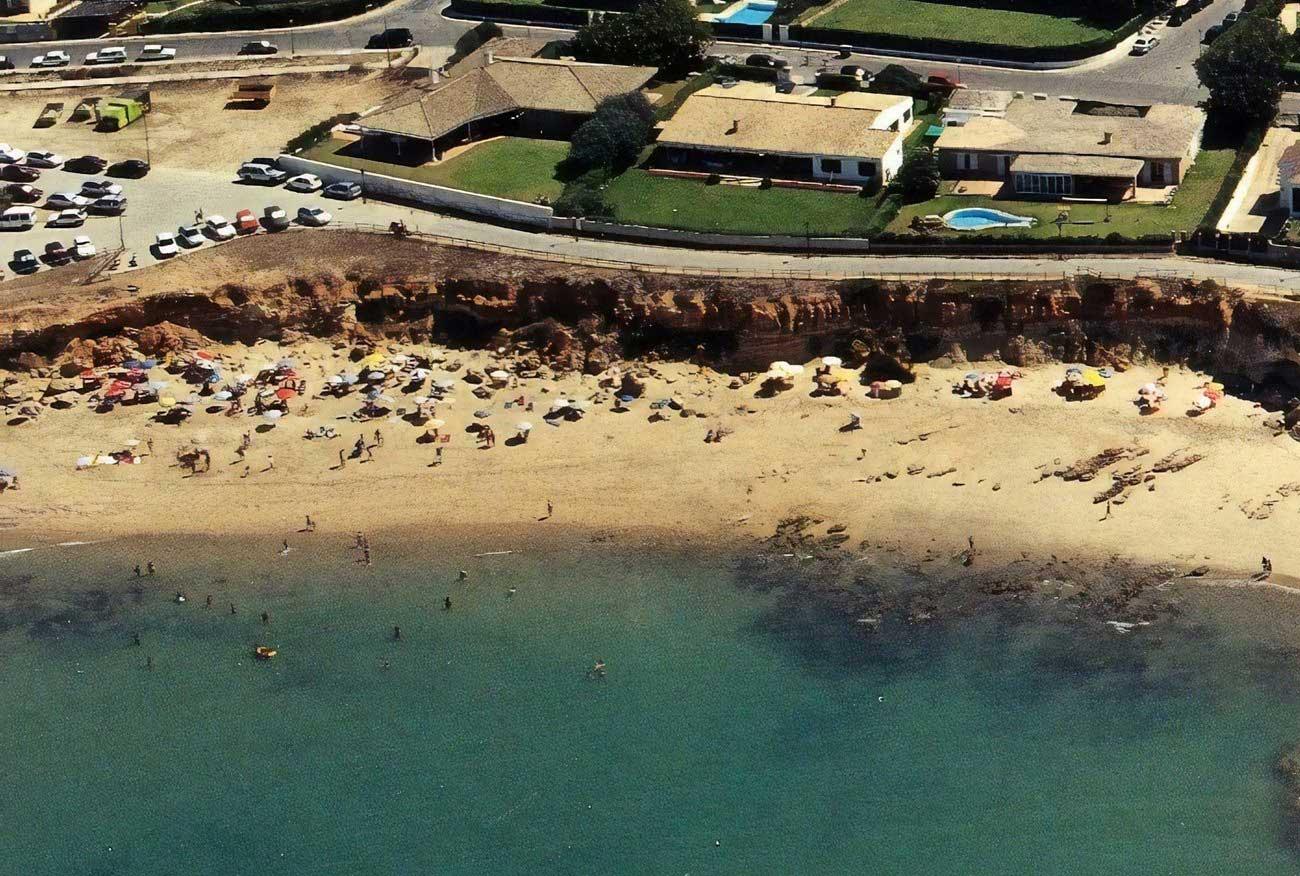 La Playa de La Calita cierra por las noches como medida de seguridad para evitar las concentraciones de jóvenes