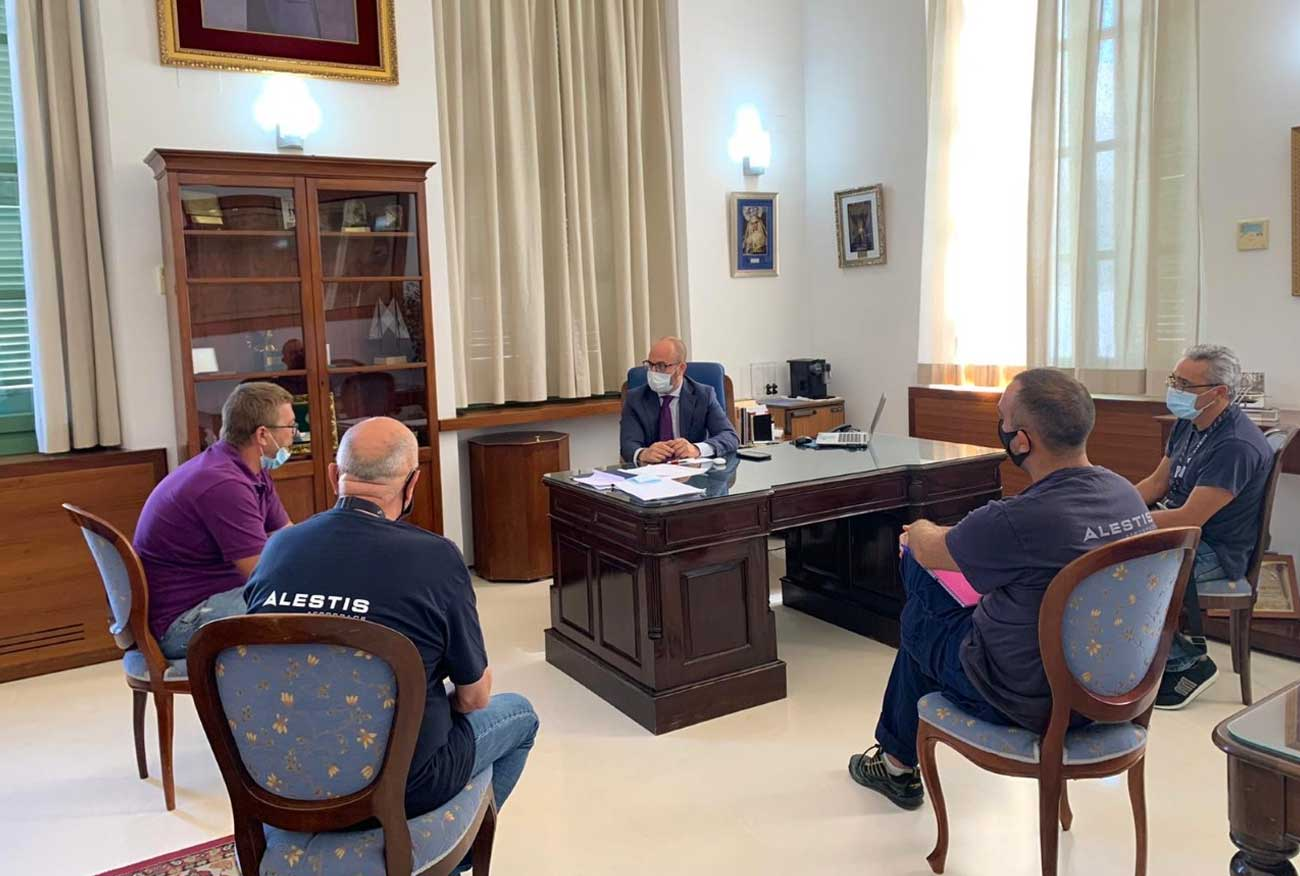 El alcalde respalda a la plantilla de Alestis para frenar la destrucción de empleo de calidad y buscar alternativas en una crisis que considera temporal