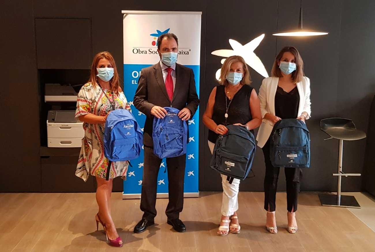 La Fundación La Caixa y CaixaBank entrega más de 450 kits de material escolar a El Puerto para los menores vulnerables