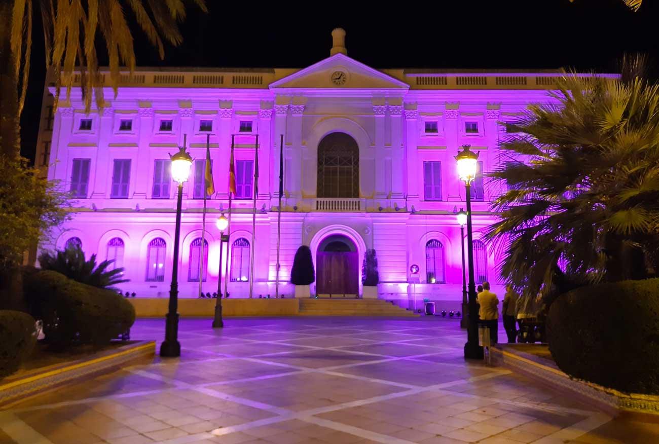El Ayuntamiento iluminará su fachada de rosa para conmemorar el Día Mundial del Cáncer de Mama 2020  marcado por la pandemia del Covid-19