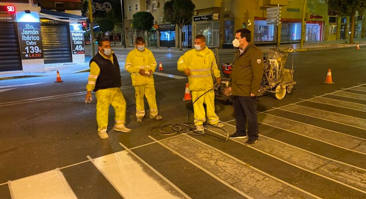 Mantenimiento Urbano realiza de noche el pintado de la calle Valdés para evitar cortes de tráfico