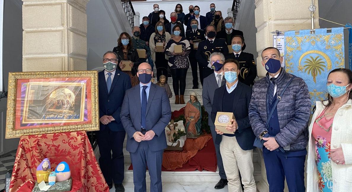 Germán Beardo recoge el nacimiento Petra de la Asociación de Belenistas en nombre de todos los ciudadanos de El Puerto por su lucha y unión para afrontar la pandemia