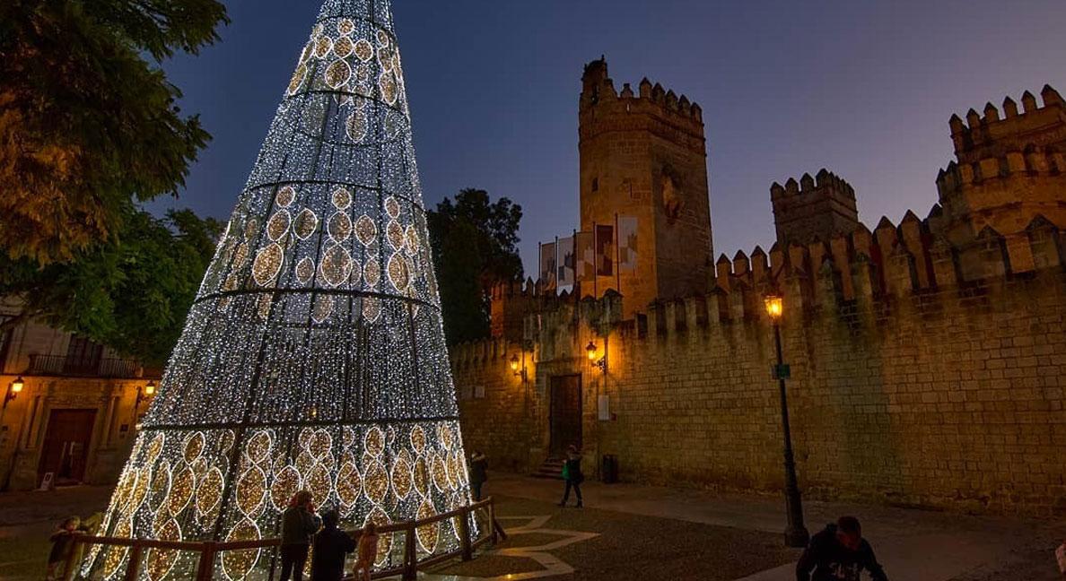 El Castillo de San Marcos acogerá una exposición fotográfica sobre la instalación del árbol de Navidad junto al emblemático edificio
