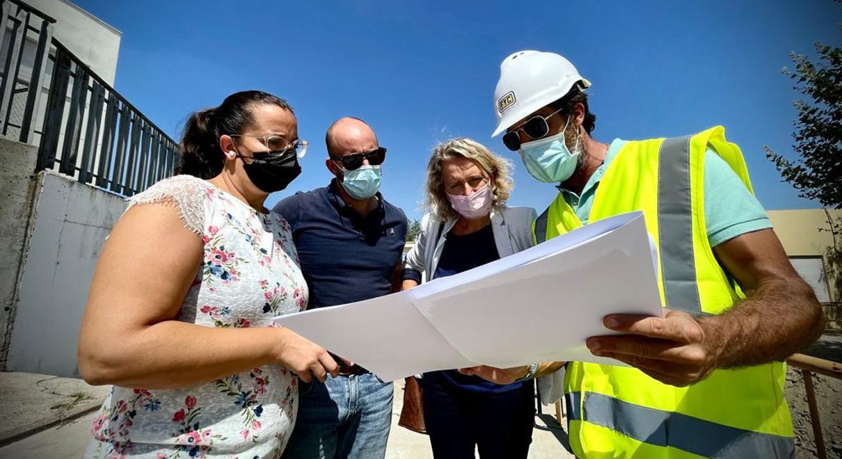 El Ayuntamiento inicia las obras para arreglar los hundimientos del patio del CEIP Marqués de Santa Cruz